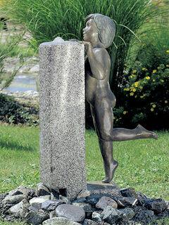 """Künstlerbrunnen """"Knabe an der Wassersäule"""", Bronze und Granit"""